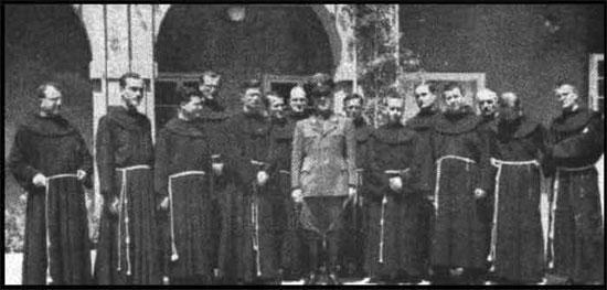 Le fantoche Nazi Ante Pavelic avec les Moines Catholiques Franciscains