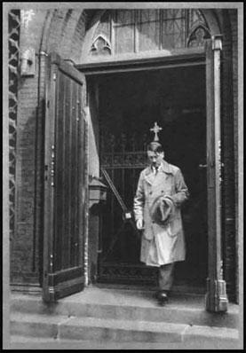 Hitler à la messe de l'Église Catholique(Secte Nazie)