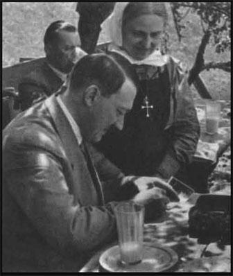 Le Catholique Hitler avec la Nonne Catholique