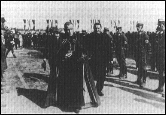 Le Cardinal Catholique Faulhaber défilant avec les Nazis