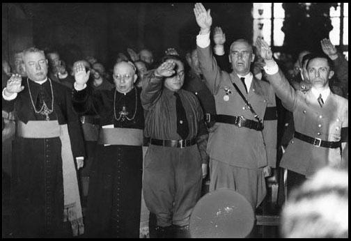 Les Prêtres Catholiques et les Nazis saluent Hitler